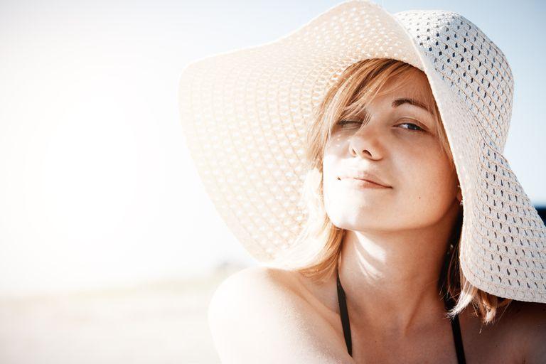Expunerea îndelungată la soare, mai riscantă pentru anumite categorii de persoane. Care sunt riscurile