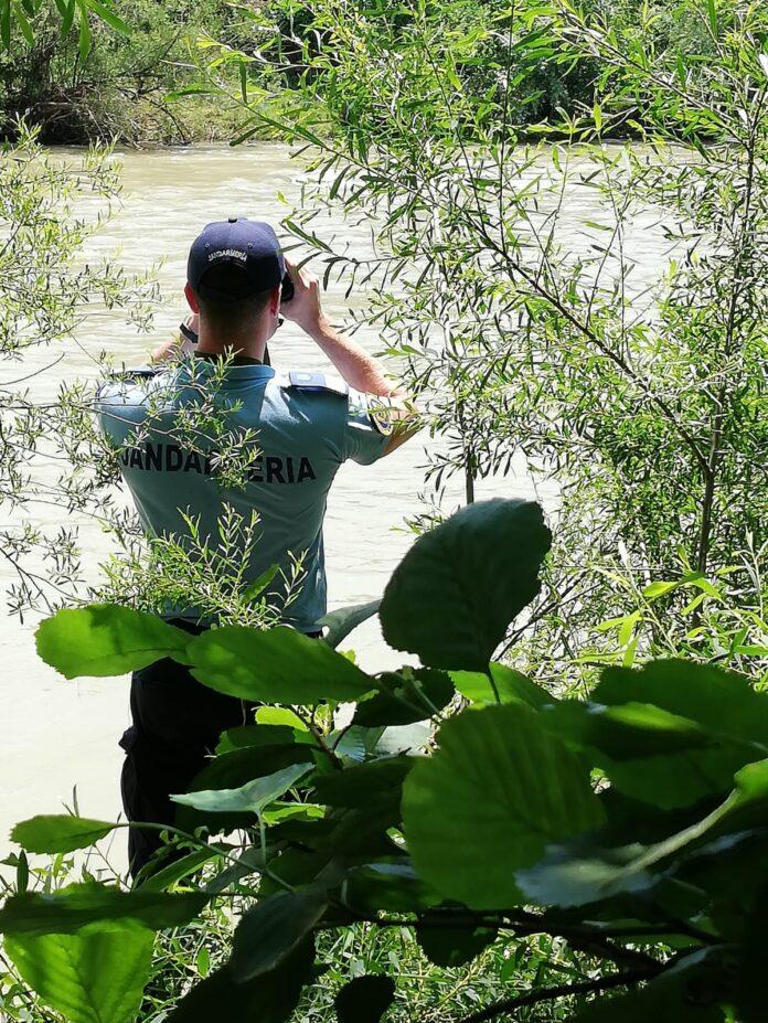 Jandarmi pe malul apei
