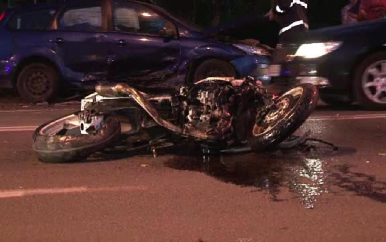 Motociclist în vârstă de 18 ani, rănit după coliziunea cu un taximetru
