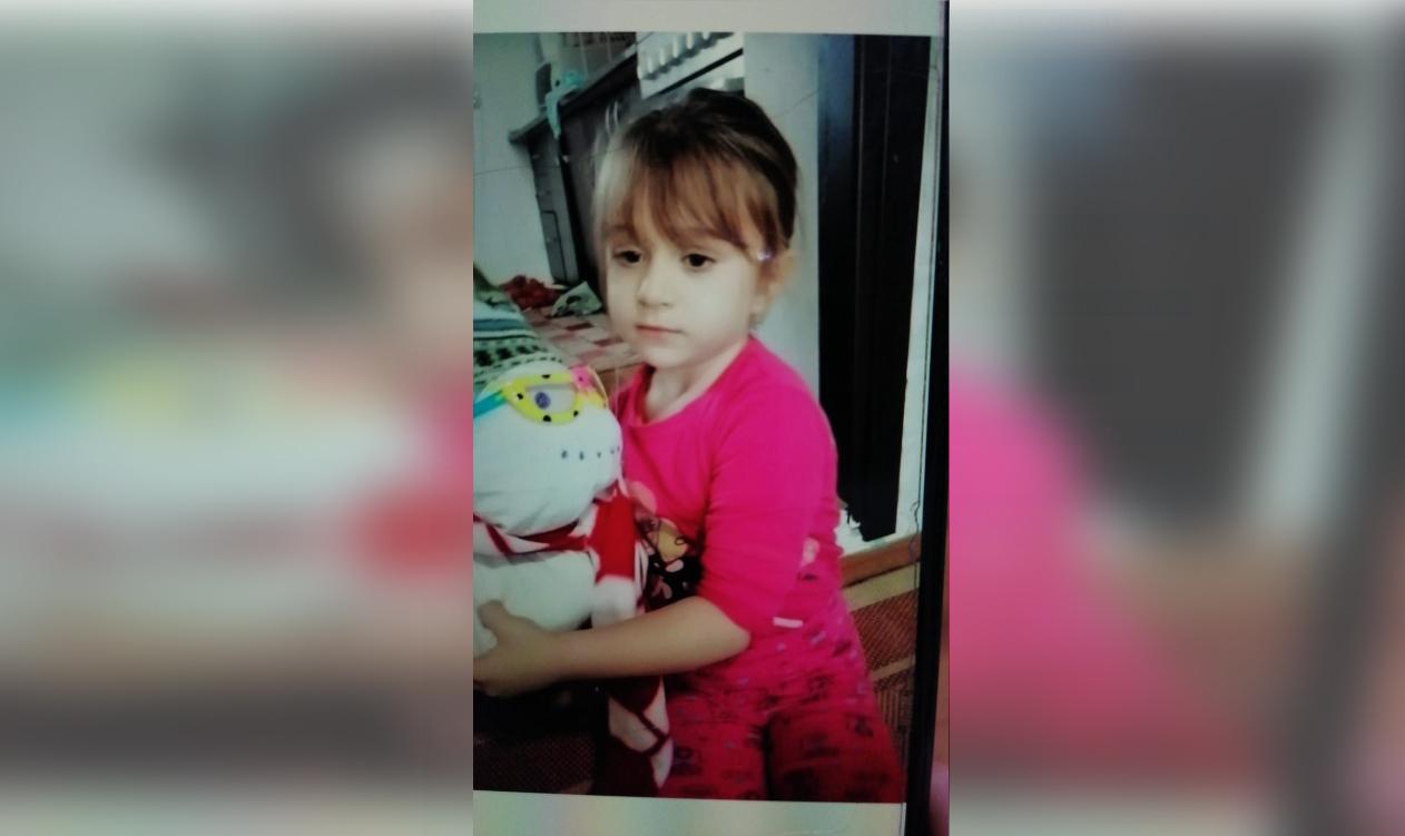 Fetiță de aproape 6 ani, dispărută de acasă. Are o întârziere în dezvoltare și nu răspunde când este strigată pe nume