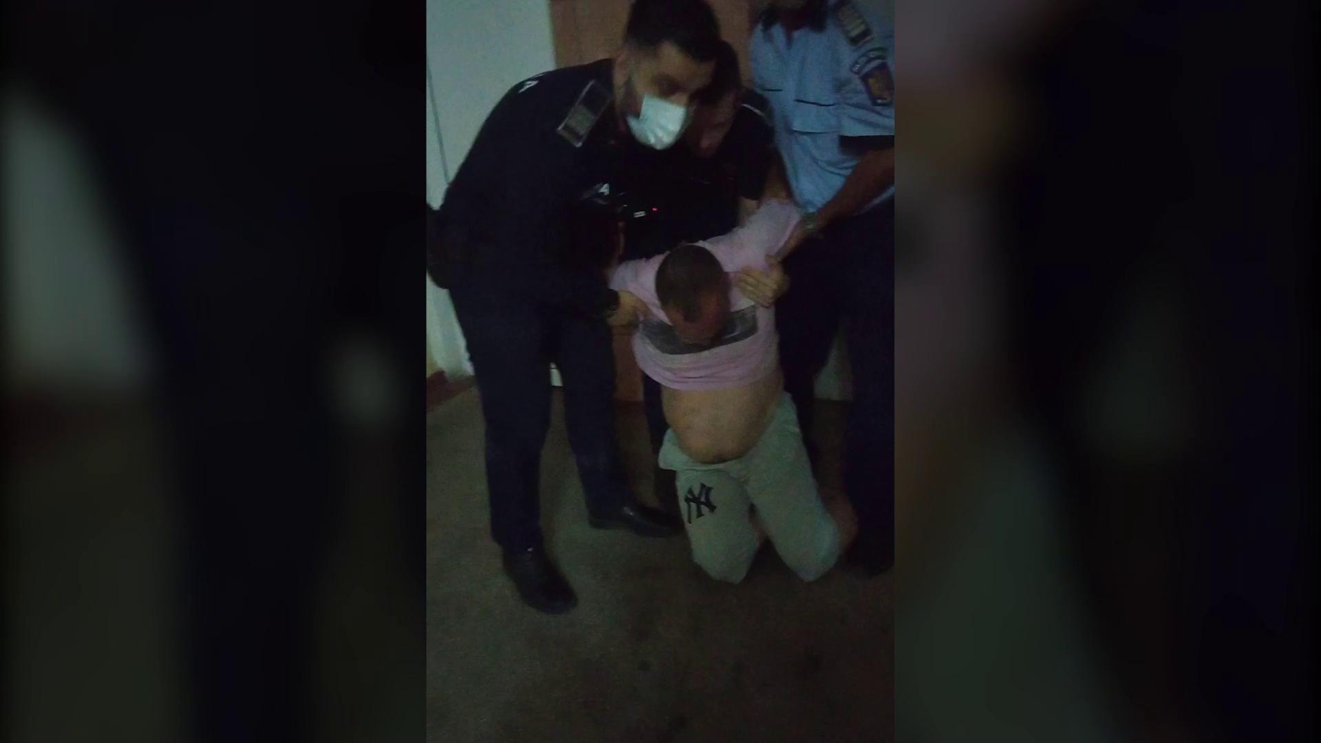 VIDEO Agenți de la ordine publică, bătuți de un fost polițist care se opunea încătușării. Scena, sub privirile unui copil