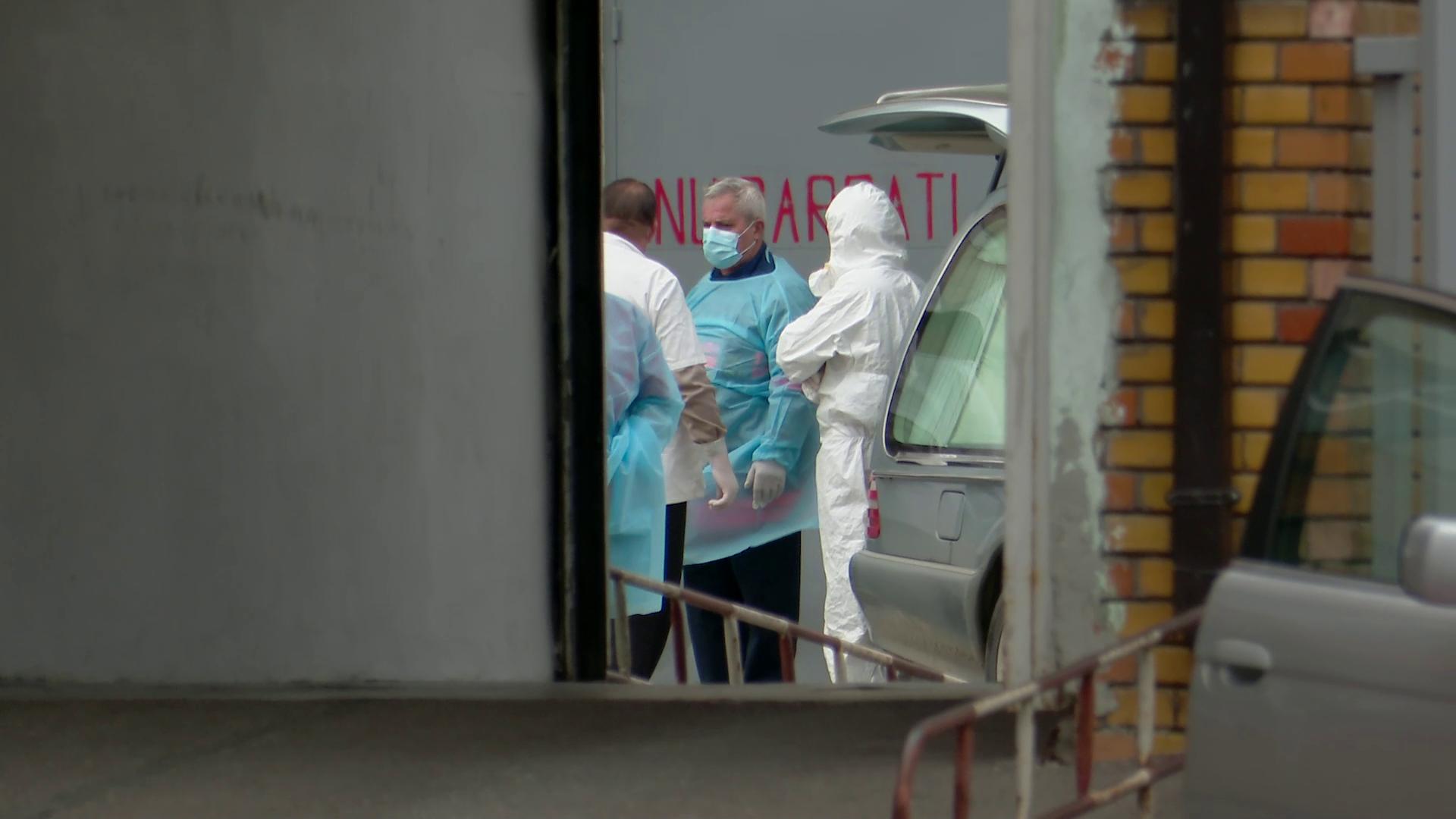 VIDEO Mașinile mortuare au făcut coadă la morgă, în ziua cu cele mai multe decese provocate de Covid-19